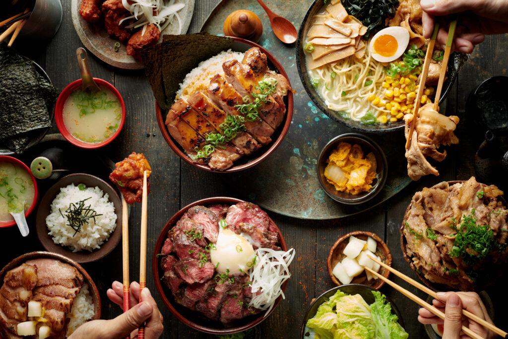 即便是百元平價美食,藉由精心佈置的畫面,讓餐點呈現用餐的氣氛和豐盛的感受,才能帶來引動消費的效果